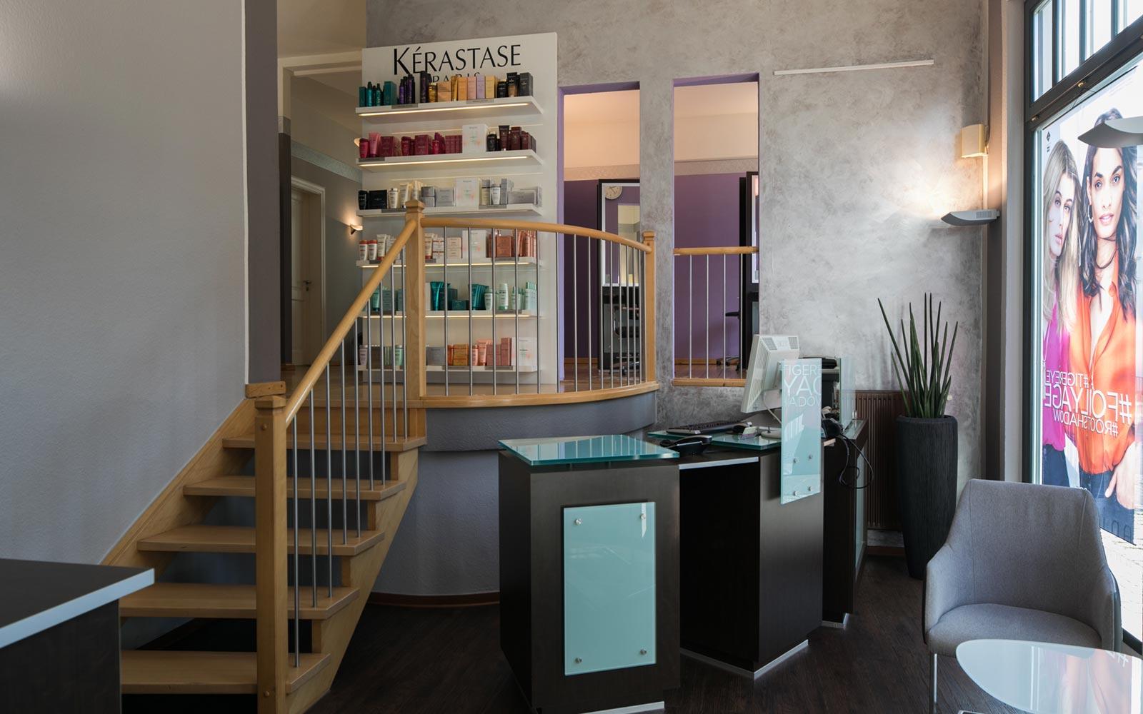 Eingangsbereich von Haarkonzept mit einer kleinen Holztreppe