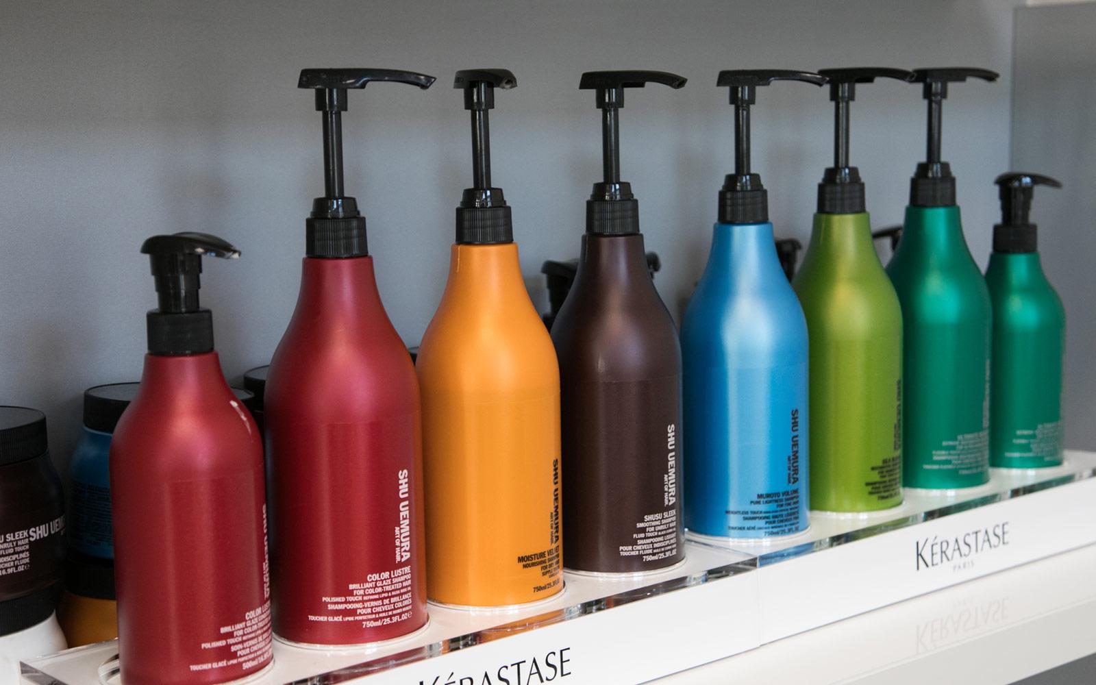 Pumpflaschen in Regenbogenfarben von der Marke Shu Uemura.